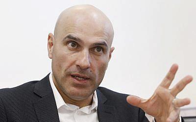 L'avocat Effi Naveh, président de l'Association du barreau israélien, le 24 avril 2013. (Crédit : Miriam Alster/FLASH90)