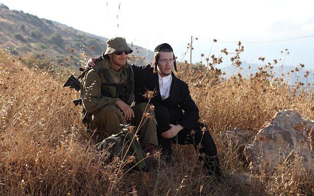 A titre d'illustration : Des soldats du bataillon ultra-orthodoxe Netzah Yehuda de l'armée israélienne sont assis dans un champ sur la base militaire de Peles, dans la vallée du Jourdain. (Yaakov Naumi/Flash90)