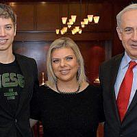 Le Premier ministre Benjamin Netanyahu, (à droite), son épouse, Sara, et leur fils Yair lors d'une rencontre avec le Premier ministre néerlandais Mark Rutte (pas sur la photo), dans la résidence officielle de Neanyahu à Jérusalem, le 8 décembre 2013. (Haim Zach/GPO/Flash90)