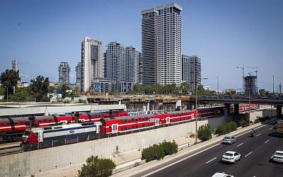 """Illustrationd'un train des chemins de fer israéliens longeant l'autoroute Ayalon, près de la gare """"centrale"""" de la rue Arlozorov à Tel Aviv, le 23 août 2016. (Crédit : Miriam Alster/Flash90)"""