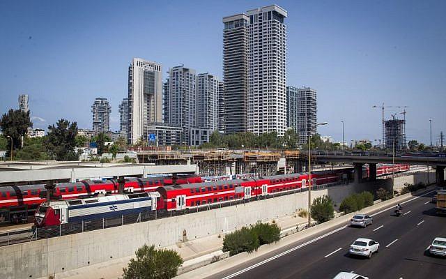 """A titre d'illustration: Un train des chemins de fer israéliens longe l'autoroute Ayalon, près de la gare """"centrale"""" de la rue Arlozorov à Tel Aviv, le 23 août 2016. (Miriam Alster/Flash90)"""