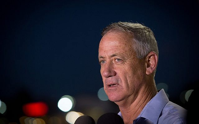 L'ancien chef d'Etat-major Benny Gantz parle aux journalistes devant le Peres Center for Peace à Jaffa le 28 septembre 2016. (Crédit :Miriam Alster/Flash90)