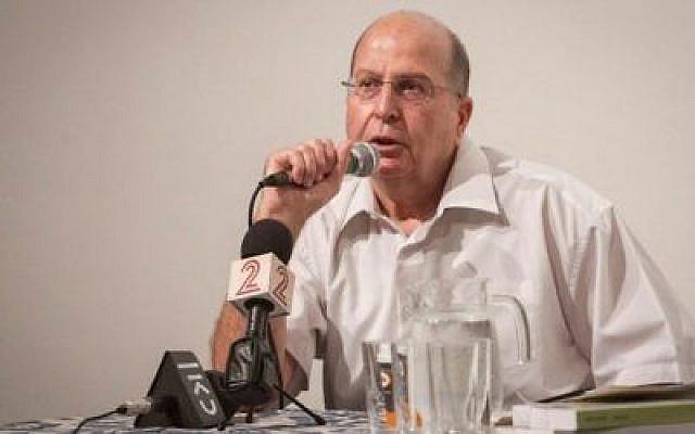 L'ancien ministre de la Défense Moshe Yaalon prend la parole lors d'une manifestation culturelle à Raanana le 15 juillet 2017. (Flash90)