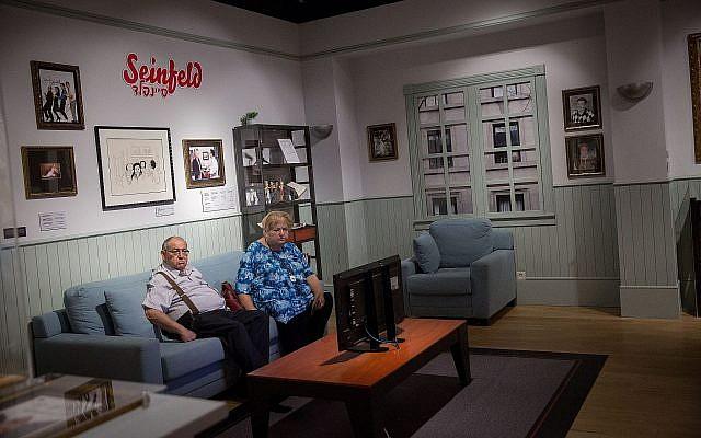 Des visiteurs de l'exposition consacrée à l'humour juif au musée du peuple juif de  Beit Hatfutsot, le 13 août 2018 (Crédit : Miriam Alster/Flash90)