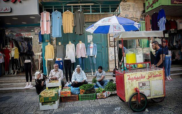Des Palestiniens sur un marché de Bethléem, en Cisjordanie, le 30 août 2018 (Crédit : Miriam Alster/FLASH90)