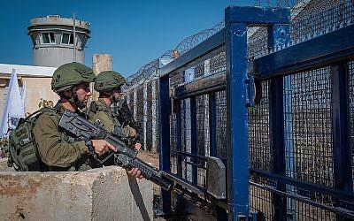 Des soldats israéliens montent la garde au poste frontière de Quneitra avec la Syrie, sur le plateau du Golan, le 27 septembre 2018. (Basel Awidat/Flash90)