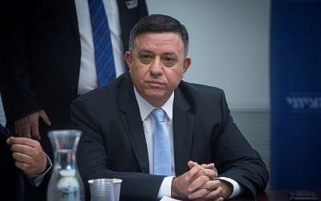 Le chef du parti de l'Union sioniste Avi Gabbay dirige une réunion de faction à la Knesset le 19 novembre 2018. (Miriam Alster/FLASH90)