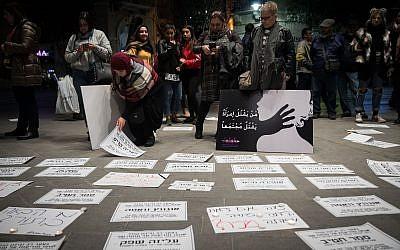 Des avis de décès avec des noms de femmes sur la place Sion de Jérusalem, lors d'une manifestation contre les violences faites aux femmes, le 27 novembre 2018 (Crédit : Hadas Parush/Flash90)