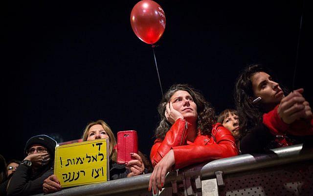 Des milliers de manifestantes sur la place Rabin de Tel Aviv lors d'une grève nationale de protestation contre les violences faites aux femmes, le 4 décembre 2018 (Crédit : Miriam Alster/Flash90)