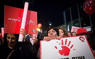 Illustration : des milliers de manifestantes sur la place Rabin de Tel Aviv lors d'une grève nationale de protestation contre les violences faites aux femmes, le 4 décembre 2018 (Crédit : Miriam Alster/Flash90)