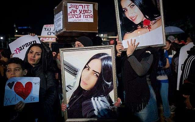 Des milliers de manifestantes sur la place Rabin de Tel Aviv pendant une grève nationale de protestation contre les violences faites aux femmes, le 4 décembre 2018 (Crédit : Miriam Alster/Flash90)