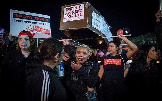 Les manifestantes transportent un faux cercueil pendant une manifestation dénonçant les violences faites aux femmes dans le cadre d'une grève nationale, le 4 décembre 2018 (Crédit :  Miriam Alster/Flash90)