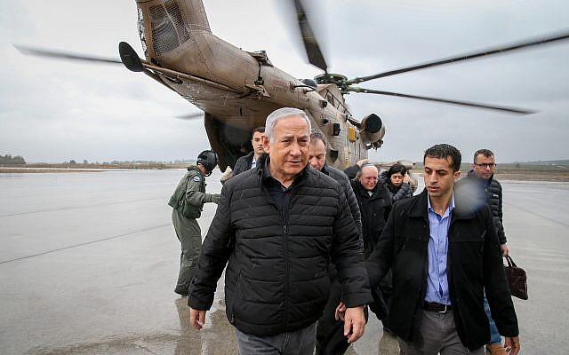 Le Premier ministre israélien Benjamin Netanyahu sort d'un hélicoptère lors de son arrivée dans le nord d'Israël, le 6 décembre 2018 (Crédit :  Amit Shabi/Yedioth Ahronoth/POOL)