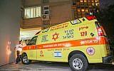 La police et les personnels de secours aux abords de l'habitation du musicien Yigal Bashan, retrouvé mort à son domicile de Tel Aviv, le 9 décembre 2018 (Crédit : FLASH90)