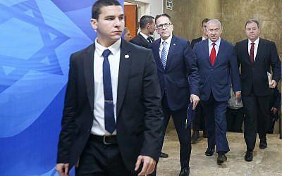 Le Premier ministre Benjamin Netanyahu arrive à la réunion de cabinet hebdomadaire au bureau du Premier ministre de Jérusalem, le 9 décembre 2018 (Crédit : Marc Israel Sellem/POOL)