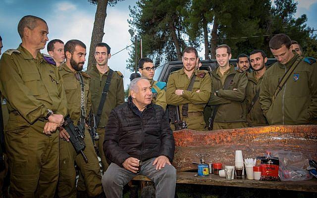 Le Premier ministre Benjamin Netanyahu parle avec les soldats durant une visite à la base du commandement du nord à Safed, le 11 décembre 2018 (Crédit : Basel Awidat/Flash90)