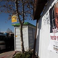 """Une affiche montrant le président palestinien Mahmud Abbas avec un texte disant """"Eliminez ceux qui sponsorisent le terrorisme"""" accroché à un arrêt de bus à l'entrée de l'implantation d'Adam, en Cisjordanie, le 11 décembre 2018 (Crédit : Yonatan Sindel/Flash90)"""