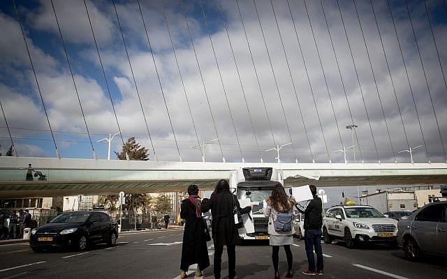 Des activistes féministes manifestent contre les violences envers les femmes à l'entrée de Jérusalem, le 12 décembre 2018 (Crédit : Yonatan Sindel/Flash90)