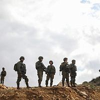 lllustration : Des soldats israéliens gardent la scène d'un attentat terroriste près de Givat Assaf, dans le centre de la Cisjordanie, le 13 décembre 2018 (Crédit : Hadas Parush/Flash90)