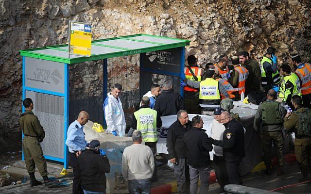 Des soldats, des responsables médicaux et des policiers israéliens inspectent les lieux d'un attentat terroriste près de Givat Assaf, en Cisjordanie centrale, le 13 décembre 2018. (Hadas Parush/Flash90)