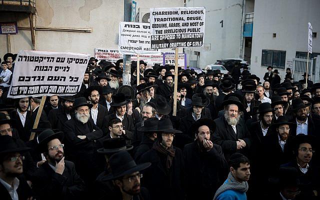 Des Juifs ultra-orthodoxes manifestent devant le bureau d'incorporation de l'armée à Jérusalem le 13 décembre 2018. (Yonatan Sindel/Flash90)