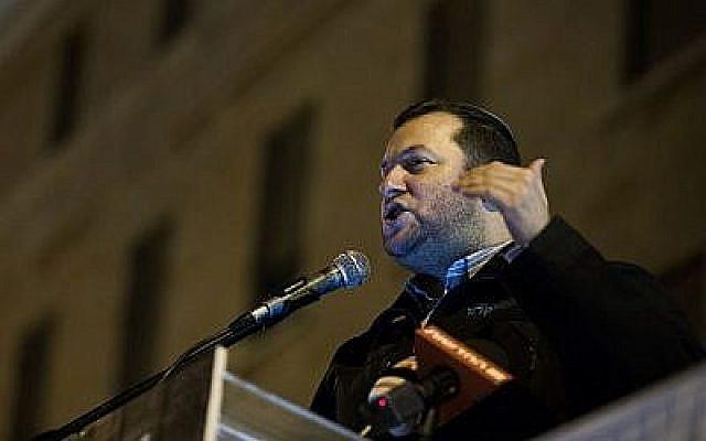 Le chef du conseil régional de Samarie Yossi Dagan s'exprime pendant une manifestation aux abords de la résidence du Premier ministre à Jérusalem, le 13 décembre 2018 (Crédit : Yonatan Sindel/Flash90)