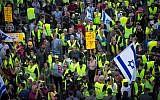 Les manifestations en gilets jaunes atteignent Israël alors que des centaines de personnes protestent contre la hausse du coût de la vie près des quartiers du gouvernement à Tel Aviv le 14 décembre 2018. (Crédit : Miriam Alster / Flash90)