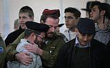 Des amis et des membres de la famille sont affligés lors des funérailles du soldat Yosef Cohen, tué dans un attentat terroriste en Cisjordanie, à la maison funéraire de Shamgar à Jérusalem le 14 décembre 2018. (Yonatan Sindel/Flash90)