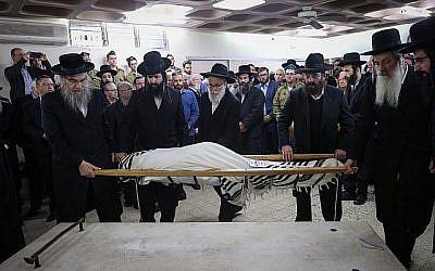 Des amis et des membres de la famille assistent aux funérailles du soldat de Tsahal Yosef Cohen, tué dans un attentat terroriste en Cisjordanie, à la maison funéraire Shamgar à Jérusalem le 14 décembre 2018. (Yonatan Sindel/Flash90)