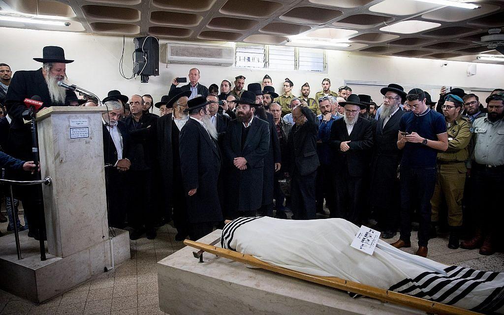 Rabbi Eliyahu Merav s'exprime durant les funérailles de son beau-fils Yosef Cohen, mort dans une fusillade terroriste près d'Ofra, en Cisjordanie, le 14 décembre 2018 ( Crédit :  Yonatan Sindel/Flash90