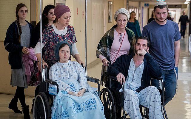 Shira (G) et Amichai Ish Ran, tous deux blessés la semaine dernière lorsqu'un terroriste palestinien a ouvert le feu sur des Israéliens près de l'implantation d'Ofra, vont donner une conférence de presse à l'hôpital Shaare Zedek à Jérusalem, le 16 décembre 2018. (Yonatan Sindel/FLASH90)
