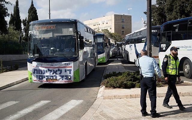 Les chauffeurs de bus de Kavim manifestent contre la violence dont ils sont victimes près de la Knesset, à Jérusalem, le 17 décembre 2018. (Yonatan Sindel/Flash90)