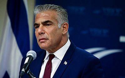 Le chef du parti Yesh Atid Yair Lapid s'adresse à la presse, à la Knesset, le 24 décembre 2018. (Crédit : Yonatan Sindel/Flash90)