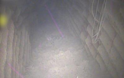 L'intérieur d'un tunnel d'attaque transfrontalier creusé par le Hezbollah depuis le village de Kafr Kila vers le territoire israélien, le 4 décembre 2018. (Crédit : Armée israélienne)