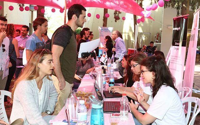 Le salon du travail IDC où les étudiants rencontrent des employeurs (Autorisation :  Ofer Amram)