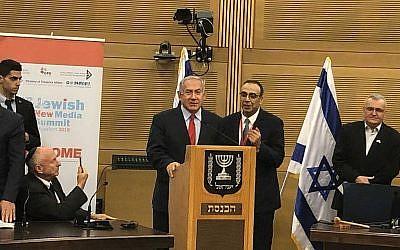 Le Premier ministre Benjamin Netanyahu (au centre) répond aux questions posées à la Knesset par un groupe international de journalistes et de blogueurs participant au Sommet des médias juifs, le 28 novembre 2018. (Amanda Borschel-Dan/Times of Israel)