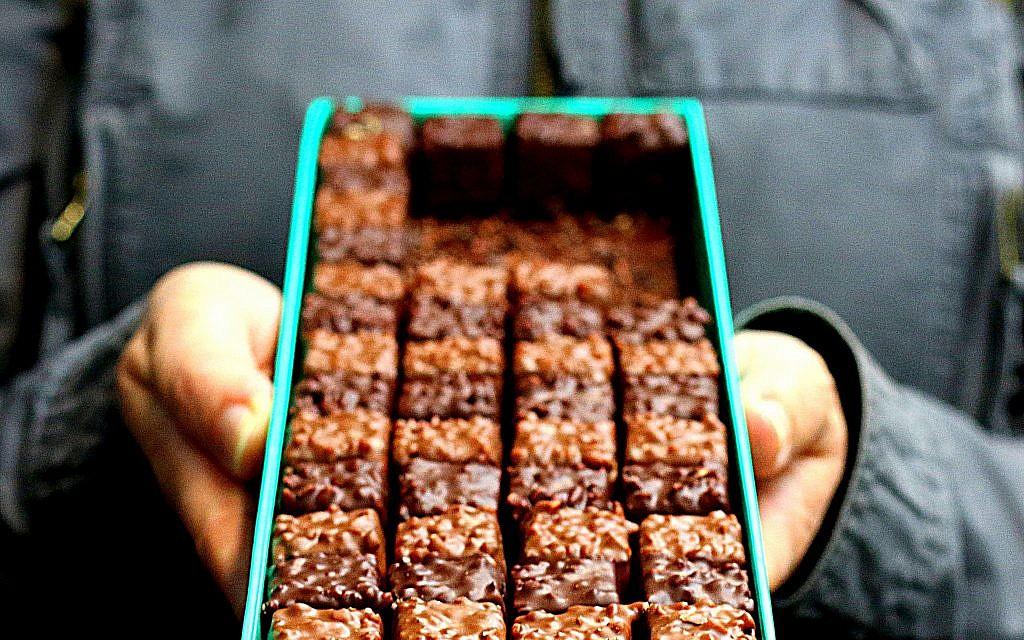 Un détail d'une photo de  Sharon Heinrich: Un Rocher, bonbon au chocolat avec un praliné artisanal confectionné par  Patrick Roger. (Crédit : Sharon Heinrich/Paris Chez Sharon)