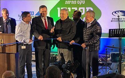 Le Premier ministre Benjamin Netanyahu (3e à partir de la droite) coupe le ruban lors de la cérémonie d'inauguration d'un nouvel échangeur pour l'implantation de Adam, dans le centre de la Cisjordanie le 11 décembre 2018. (Jacob Magid/Times of Israel)