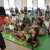 """Une bénévole fait chanter des chansons de Hanoukka aux enfants de la garderie """"Daycare of Dreams"""" à Ramat Gan. (Avec l'aimable autorisation de Larger Than Life)"""
