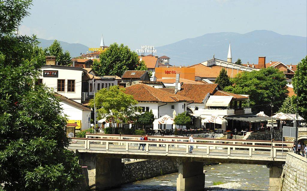 Vue de la ville médiévale de Prizren, et du fleuve  Bistrica qui traverse son centre (Crédit : Larry Luxner/ Times of Israel)
