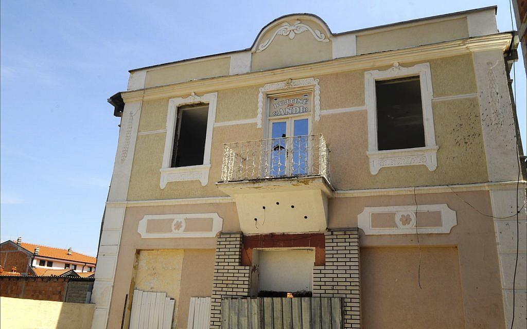 Ce bâtiment abandonné et cloisonné de Prizren accueillera bientôt la seule synagogue et le seul musée juif du Kosovo (Crédit : Larry Luxner/ Times of Israel)