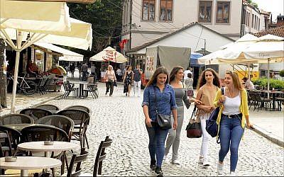 Des jeunes filles dans les rues pavées du centre-ville de Prizren, deuxième municipalité la plus importante du Kosovo. (Crédit : Larry Luxner/ Times of Israel)