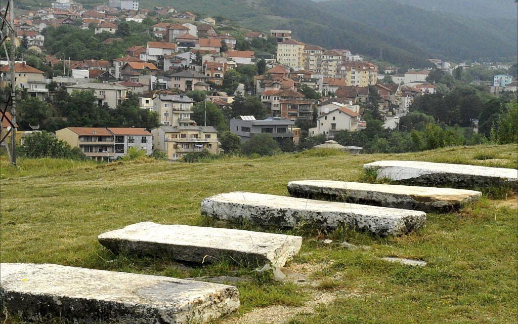 Le cimetière juif de Priština. (Crédit : Larry Luxner/ Times of Israel)