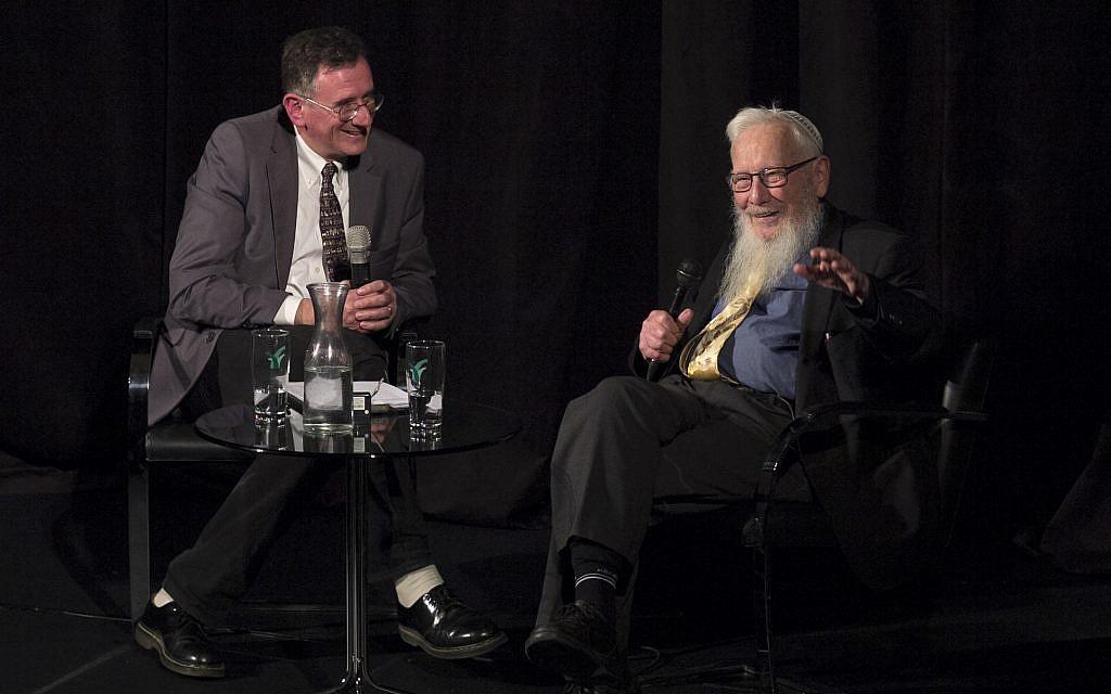 Le Prix Nobel israélien, le professeur Robert Yisrael Aumann (à droite) s'entretient avec le journaliste Matthew Kalman lors d'un événement organisé par le Times of Israel Presents, organisé en partenariat avec Beit Avi Chai à Jérusalem, le 12 décembre 2018. (Dana Bar Siman Tov)