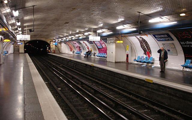 Vue de l'arrêt de métro Réaumur Sébastopol à Paris. (Crédit : Clicsouris/Wikimedia Commons)