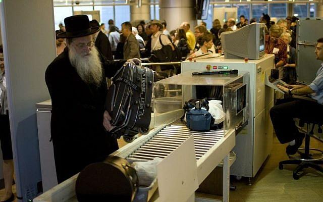 Photo d'illustration d'un contrôle des bagages à main par le personnel de sécurité de l'aéroport Ben Gurion (Crédit : Ariel Schalit/AP)