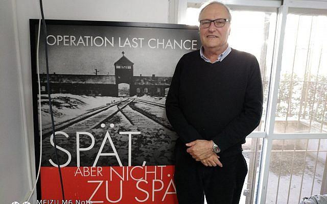 Le chasseur de nazis Efraim Zuroff dans son bureau de Jérusalem, en janvier 2018. (Crédit : Raphael Ahren/Times of Israel)