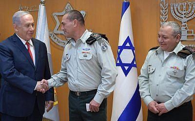 Le Premier ministre et ministre de la Défense, Benjamin Netanyahu, a tenu un discours le 13 décembre 2018 devant le ministère de la Défense à Tel-Aviv, lors de la cérémonie de passation de pouvoirs pour le chef d'état-major de l'armée israélienne (Crédit : Amos Ben-Gershom/GPO)