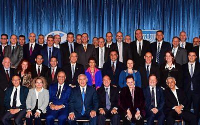 Benjamin Netanyahu avec des diplomates étrangers, à Tel Aviv le 16 décembre 2016. (Crédit : Kobi Gideon / GPO)