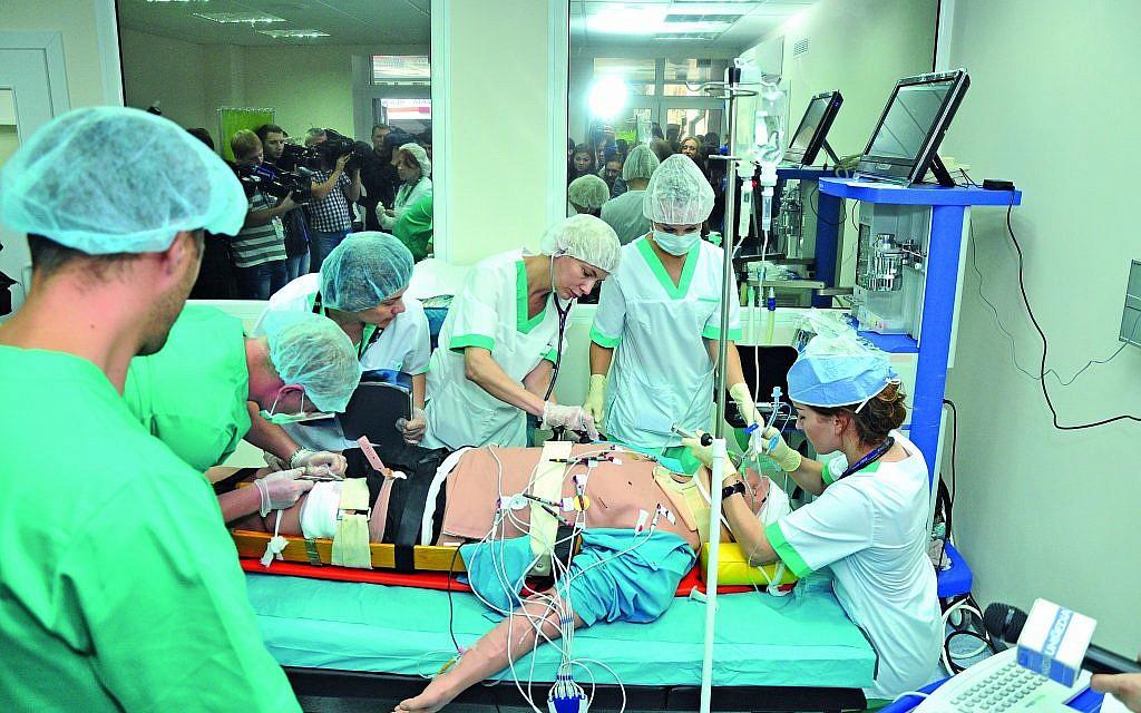 Des étudiants travaillent sur un mannequin de soins spécialement conçu au centre de simulation médicale dont le coût s'élève à 5 millions de dollars, financé par l'Union européenne à l'Université médicale Nicolae Testemitanu. (Andrei Ichim/ Université de médecine Nicolae Testemitanu)